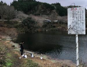 実際に釣った場所 この奥に釣具屋があります